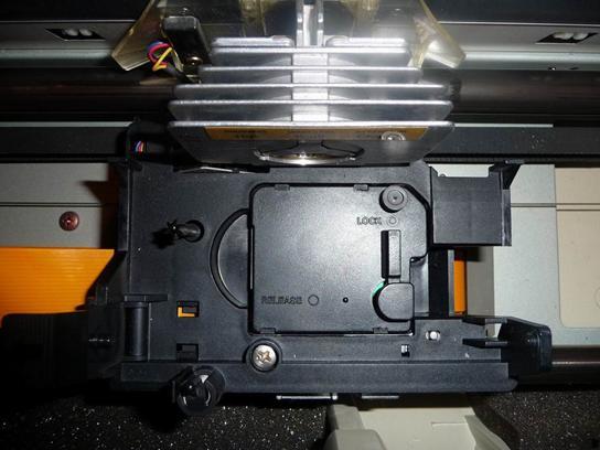 """Рис. 6. Электропривод матричного принтера Epson LQ 2550.  На рисунке 6 мы видим деталь с надписями  """"Release """" и  """"Lock """"..."""