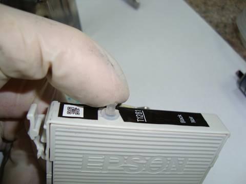Возьмите программатор и приложите контактами к контактам картриджа.  Светодиод замигает.